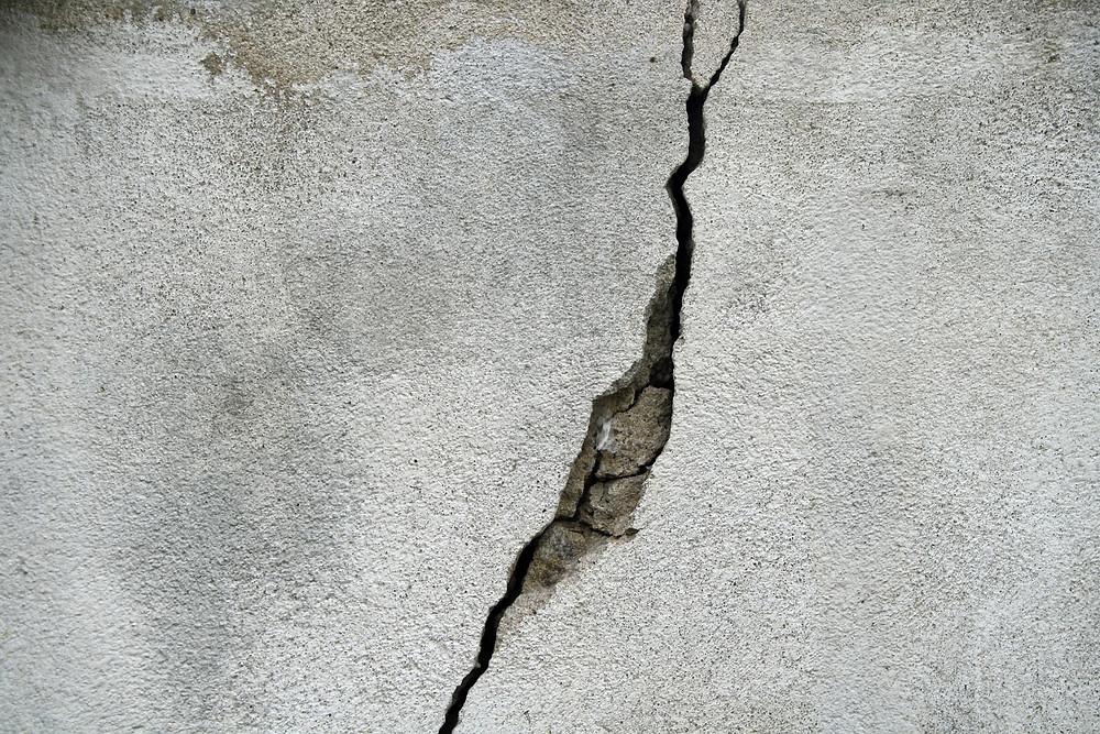 Concrete crack that needs a repair.