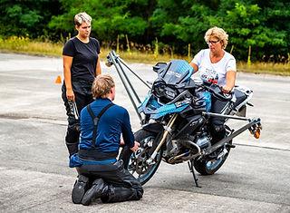 Maedels BMW Schraeglagen Erlebnis Training | onroad | kurventraining | R1250 GS | F900 R | Driving Area Wesendo