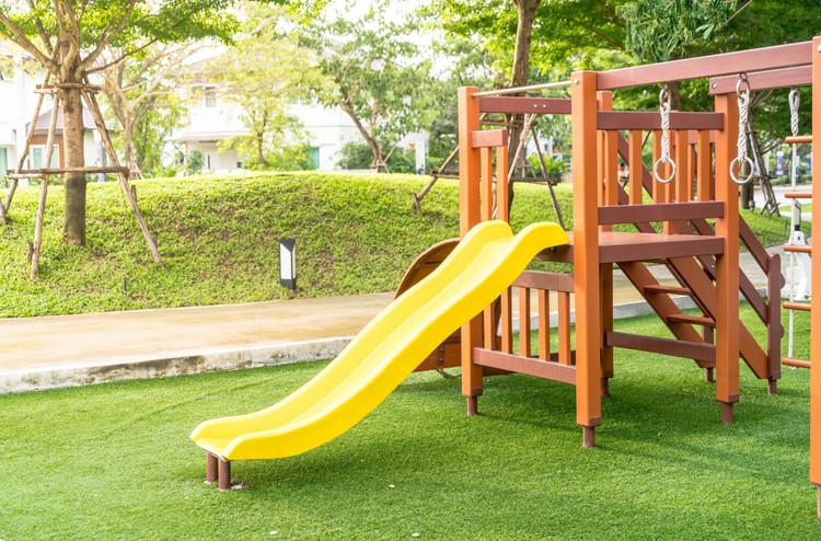 Kunstrasen-Spielplatz-Garten-Kind.jpg