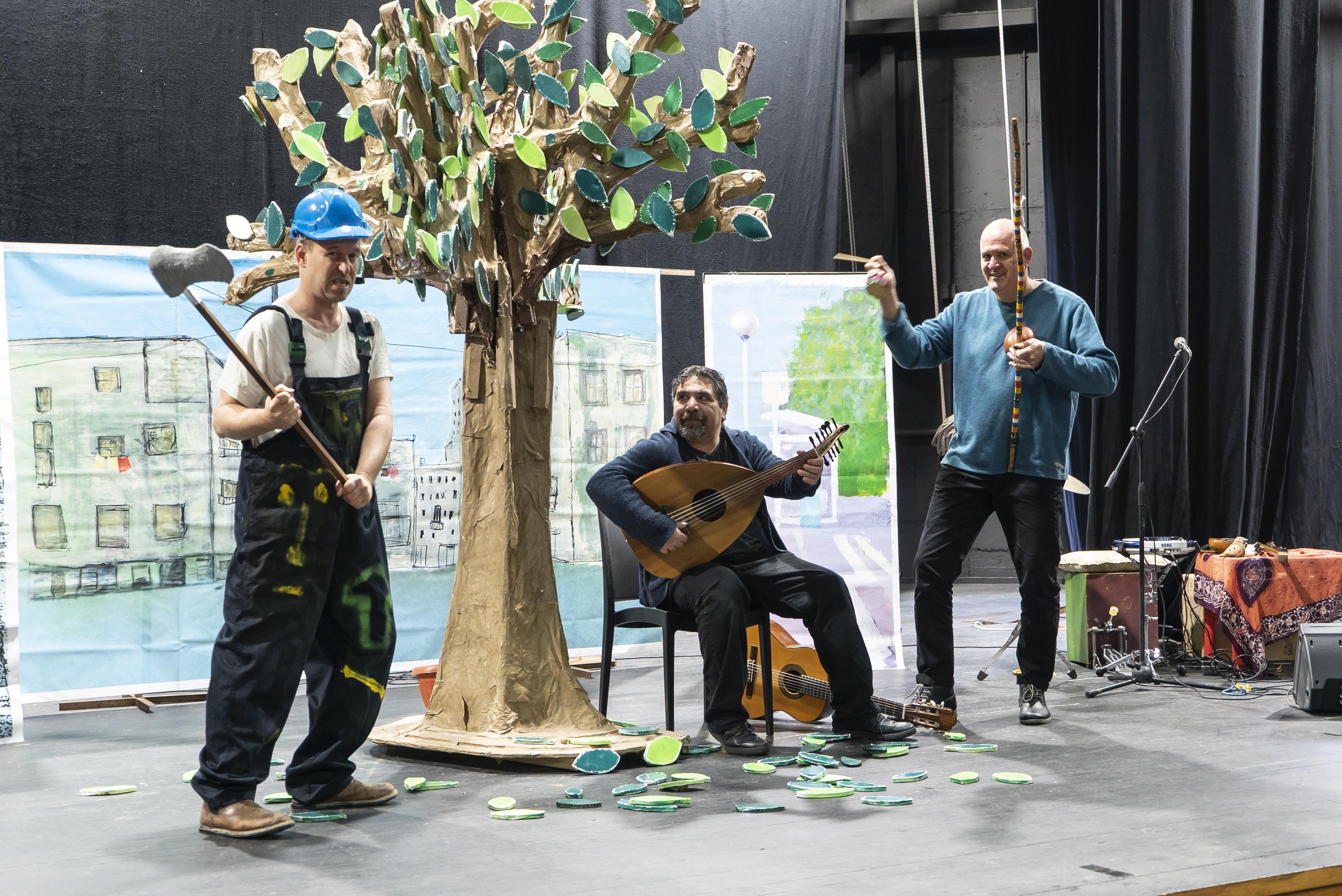 הצגה קולו של עץ