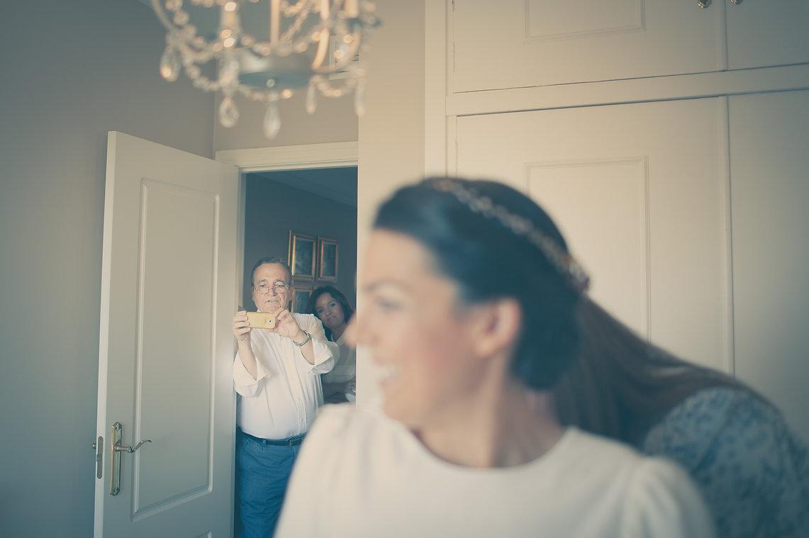 padre sacando una foto a su hija