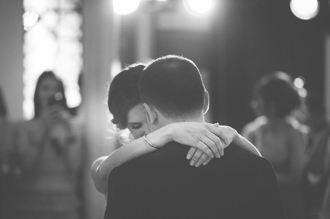 momento romantico entre los novios