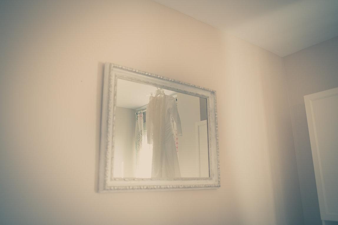 traje de novia en el espejo