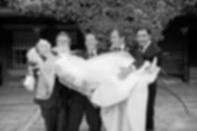 chicos cogiendo la novia en brazo