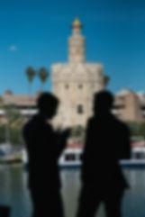 foto invitados con la torre del oro