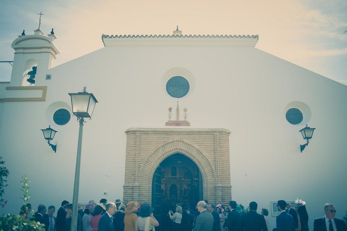 invitados delante de la iglesia