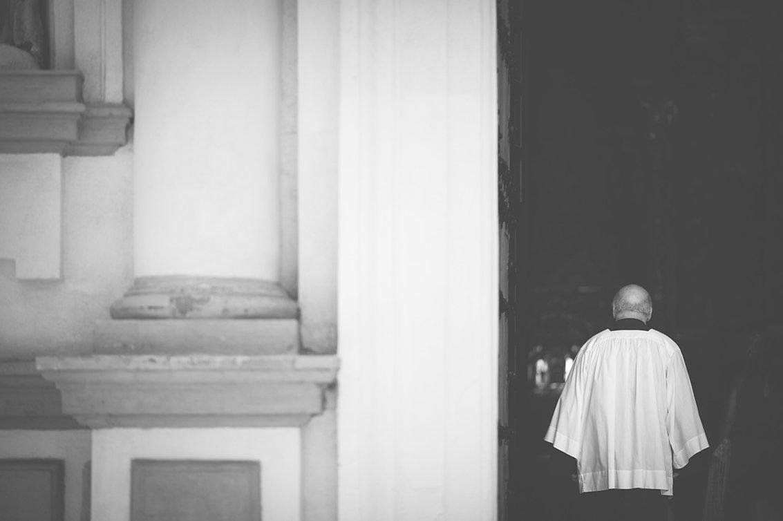 cura entrando en la iglesia