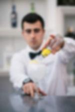 foto de un camarero sirviando da bere