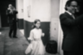 foto della niña mirando la novia