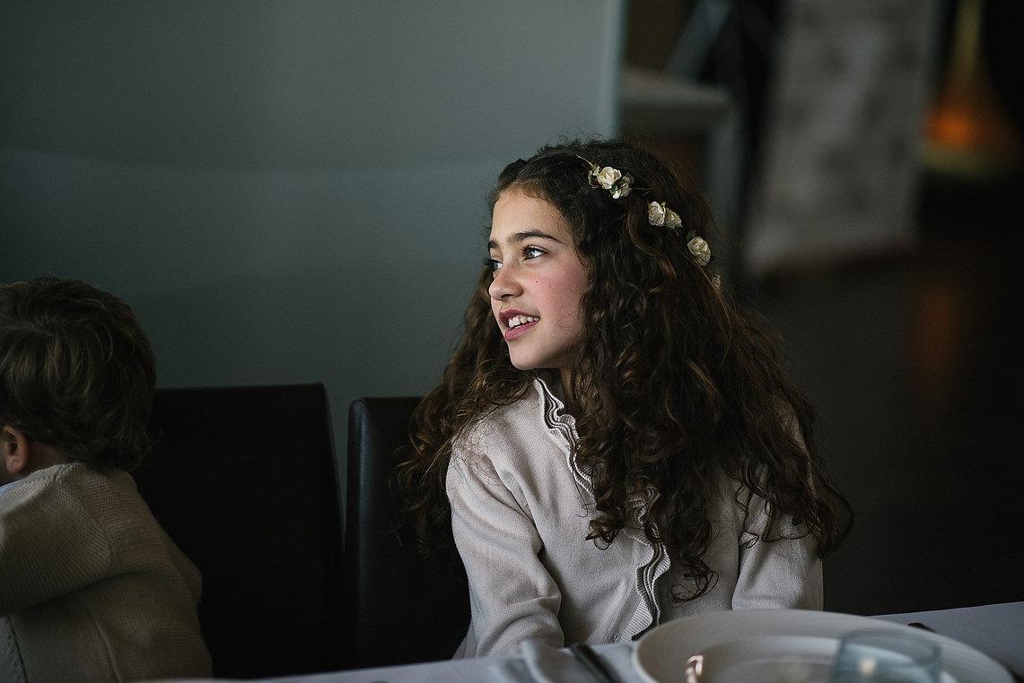 foto de una niña durante la comida