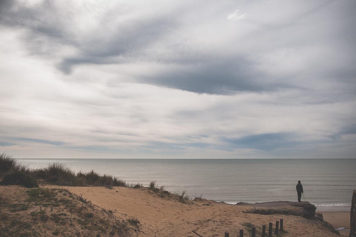 chico solo delante del mar