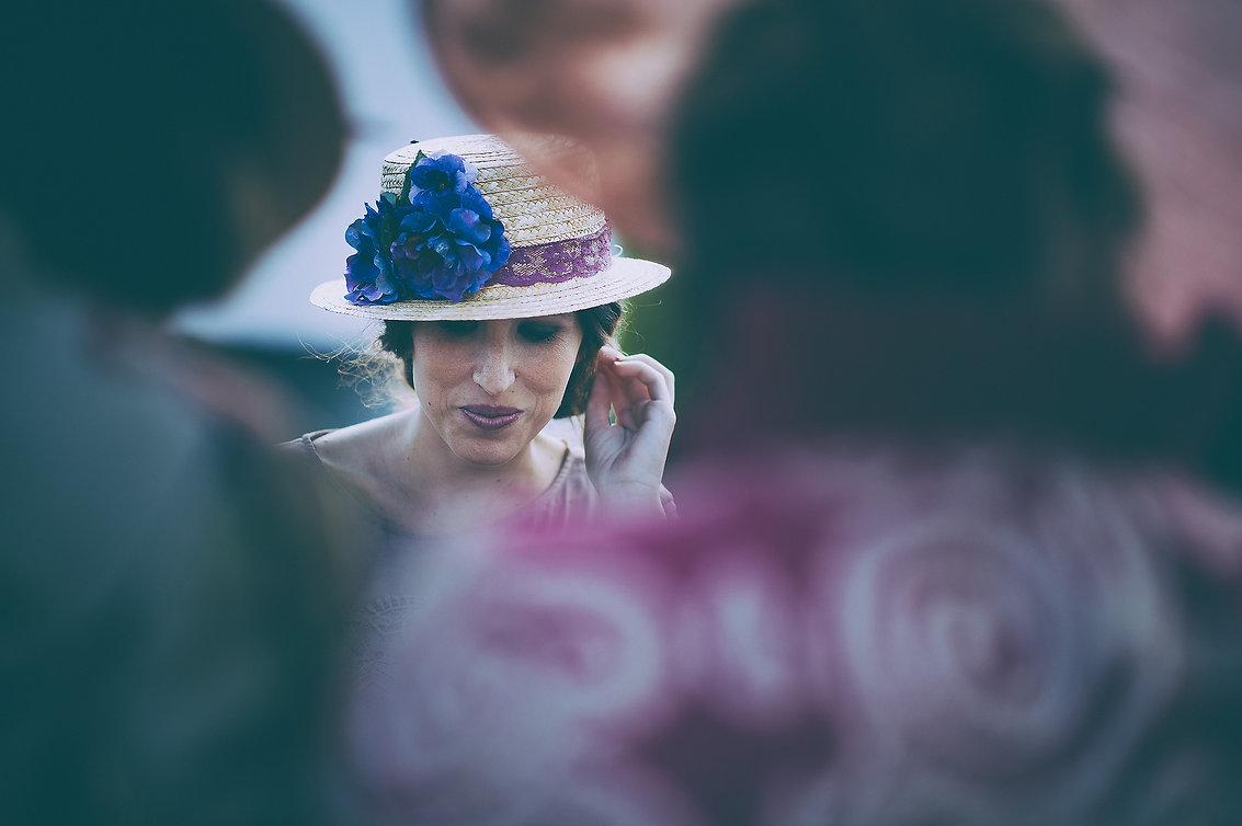 invitada con sombrero