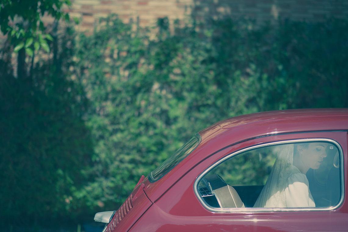 llegada de la novia en un coche antiguo