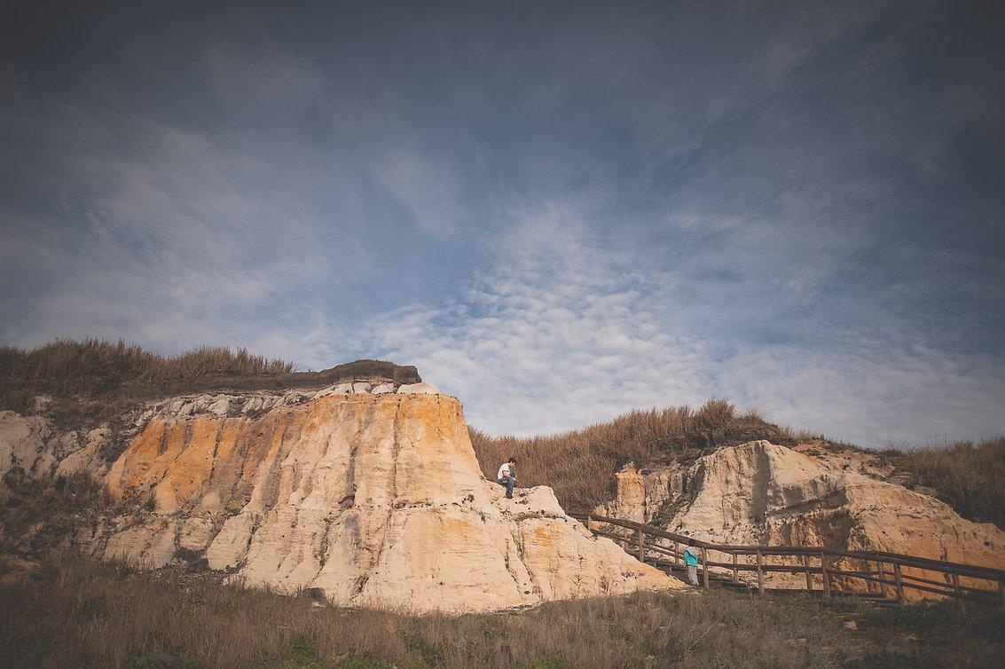 chicos subiendo una montaña