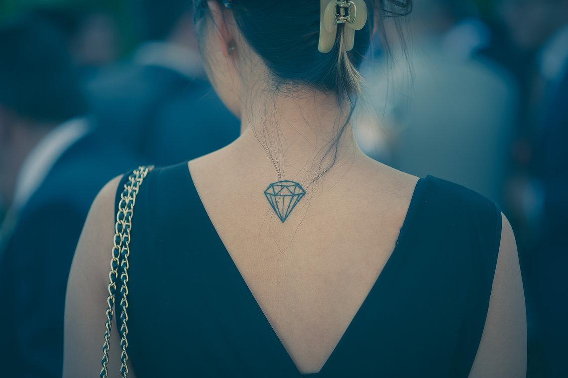 tatuaje en la espalda de una invitada