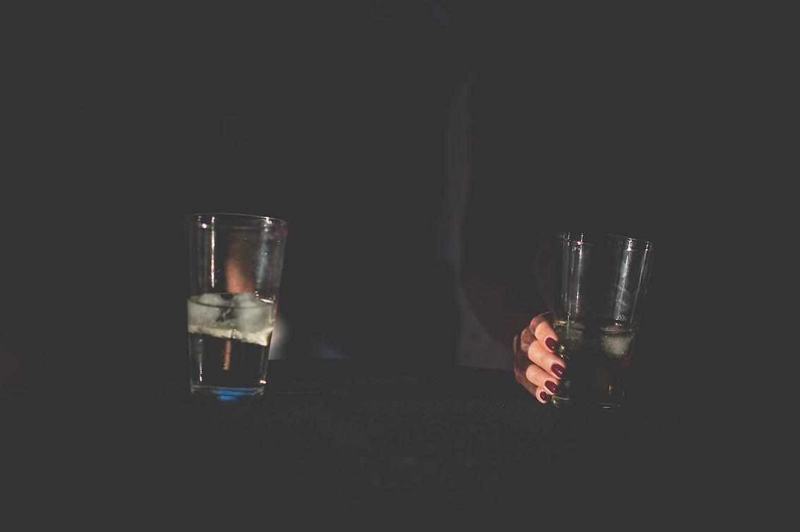 detalle mano y copa durante el baile