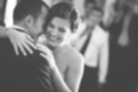 novia abraza el novio
