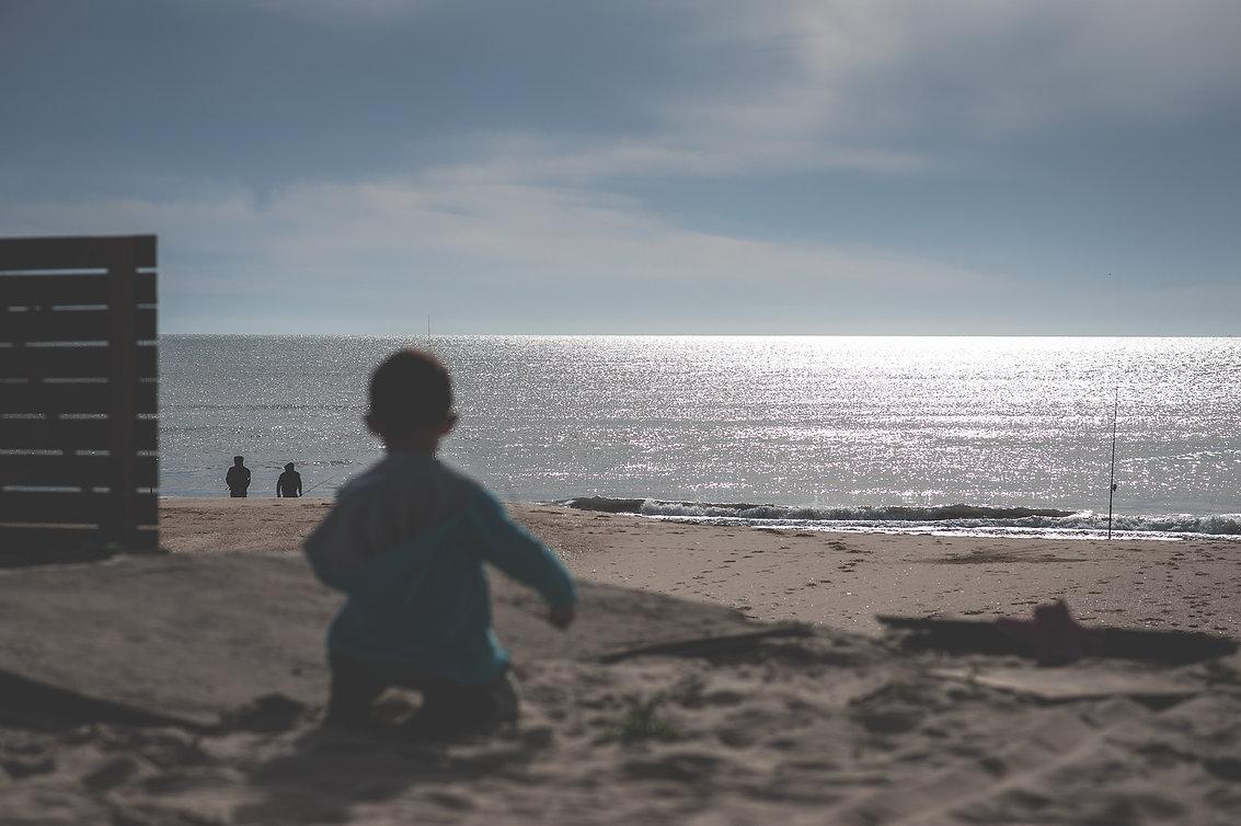 chico mirando el horizonte