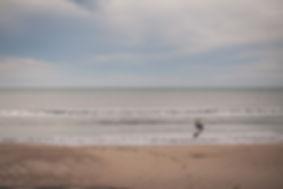 chico dando volteretas en la playa