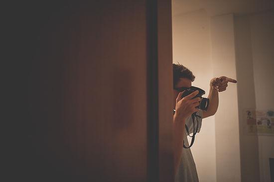 chico con camara de foto