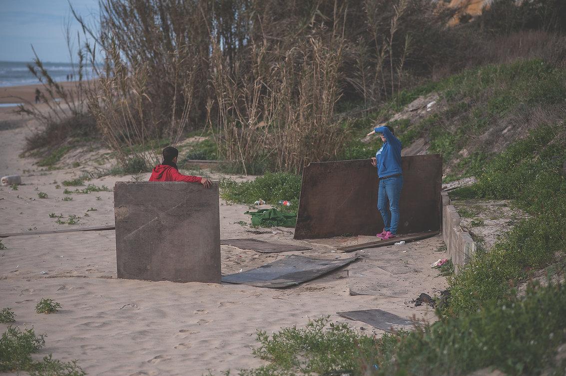 chicos montando una cabaña