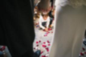 foto de un niños tirando petalos de rosas