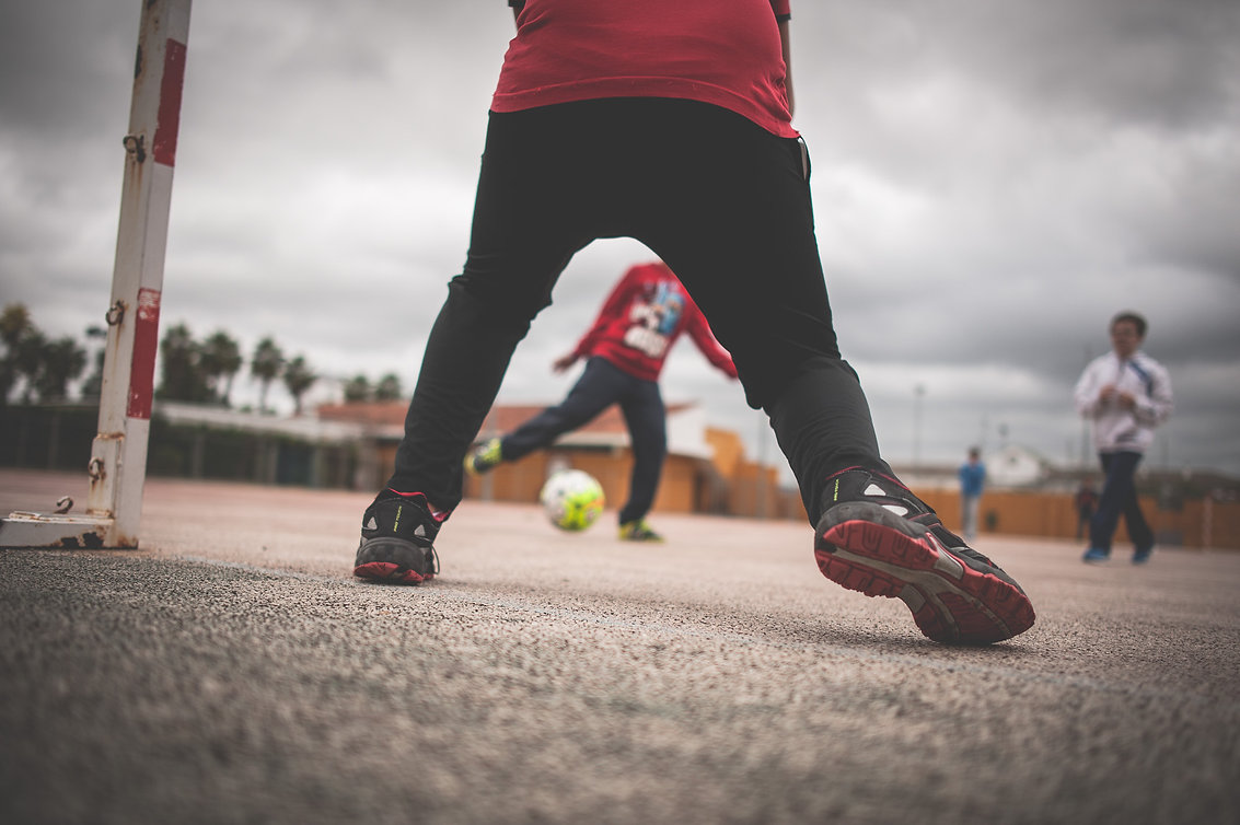 niños jugando al futbol