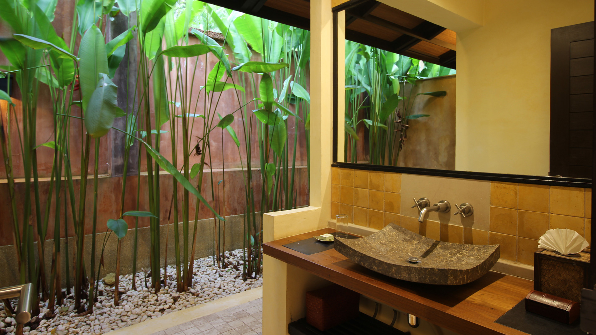 Alanta Villa Tropical Garden Bathrooms