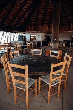 Mesa e cadeiras do Salão de Festas