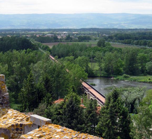 Vue du Chateau de Montrond les bains Organisation de séminaire dans la Plaine du Forez par ESPACE PRO 42 Loire
