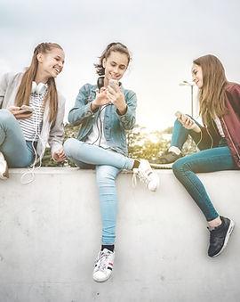 Молодые женщины и устройство