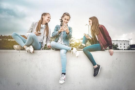 Junge Frauen und Geräte