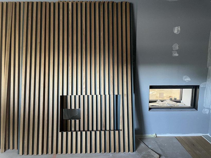 mur tasseaux de bois avec cheminee insert et niche agence dekode deco interieur nantes