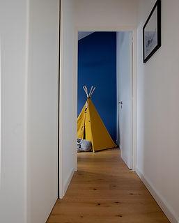 couloir avec chambre enfant bleu tipi jaune agence dekode deco interieur nantes
