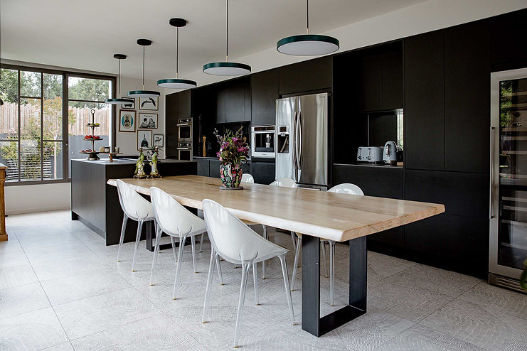 cuisine moderne noire ilot central noir table bois suspensions design chaises transparentes electromenager smeg agence dekode deco interieur nantes