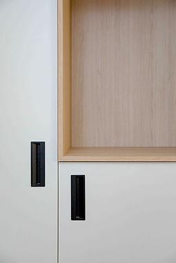 Placards blanc mat avec niches en bois pour aménagement de bureaux agence dékodé décoration d'intérieur à nantes