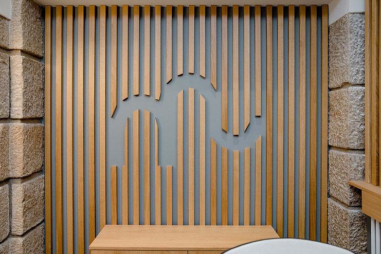 logo etude notariale nantes tasseaux de bois sur lur gris encadrement pierre agence dekode deco interieure nantes