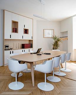 salle de reunion avec fauteuils blanc pied piveautant et table bois clair prquet clair pointe de hongrie et biblioteque sur mesure bois et blanc agence dekode deco interieure nantes
