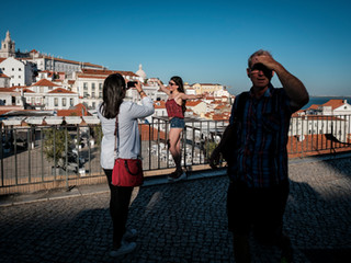 Tourists in the viewpoint next to the castle of São Jorge. the Photo 800€