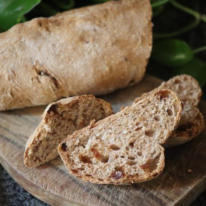 Pane integrale con i pomodori secchi