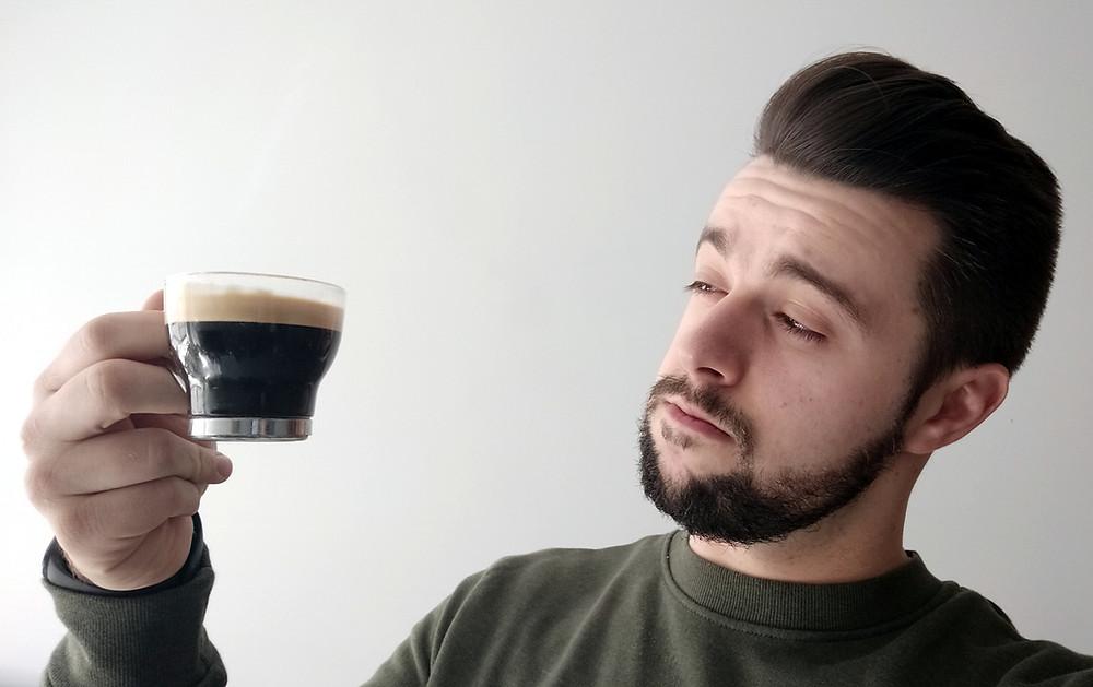 Abel sospechando de si café es bueno o es malo