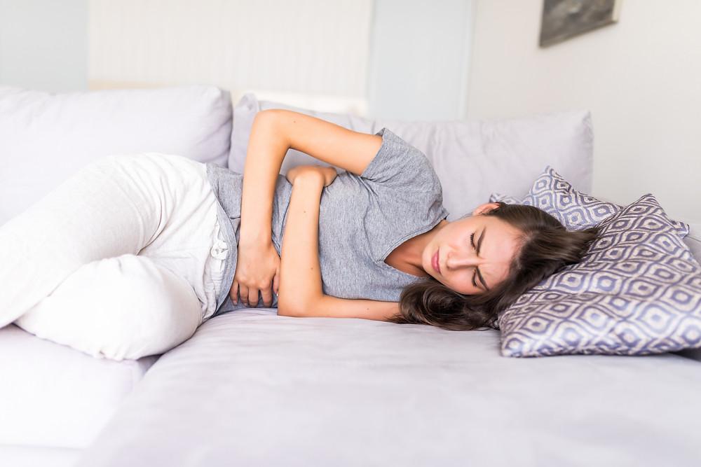 Mujer con dololr de barriga