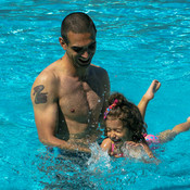 father-and-child-in-the-swimming-pool-learning-to--7GD436R.jpg