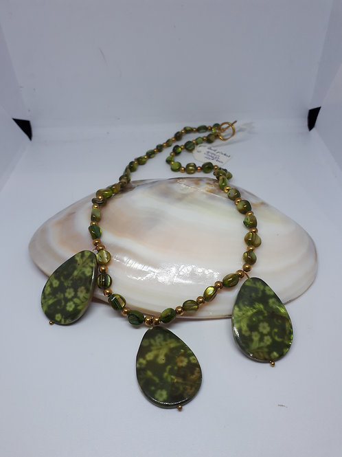 Green shell patterned necklace
