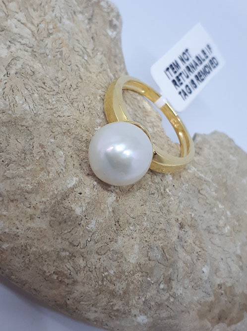 Yellow gold plated sterling silver white pearl ring - size M