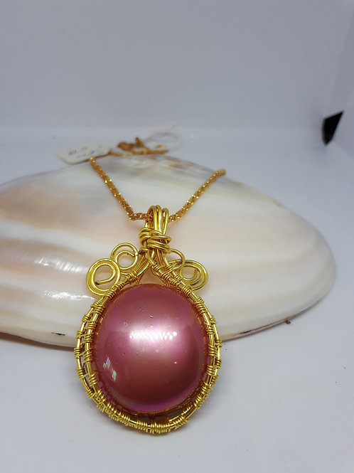 Gold plated wirework shell pearl cabochon pendant necklace