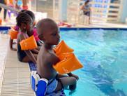 A la piscine... on apprend à nager, à faire la brasse, à plonger et on s'amuse sans danger !