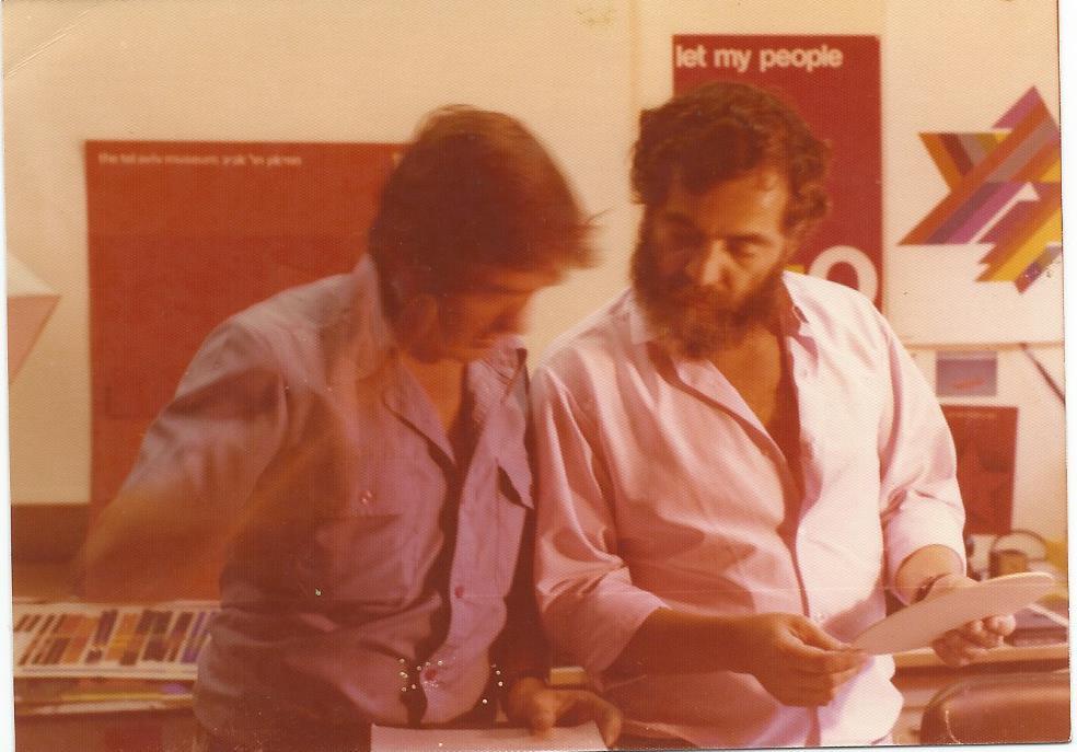 דן ריזינגר ואיזיקה, עובדים באולם לקראת תערוכתו של דן במוזיאון ישראל, 1976