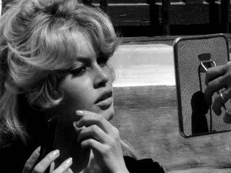 La frange Bardot, l'indétrônable tendance capillaire qui dure !