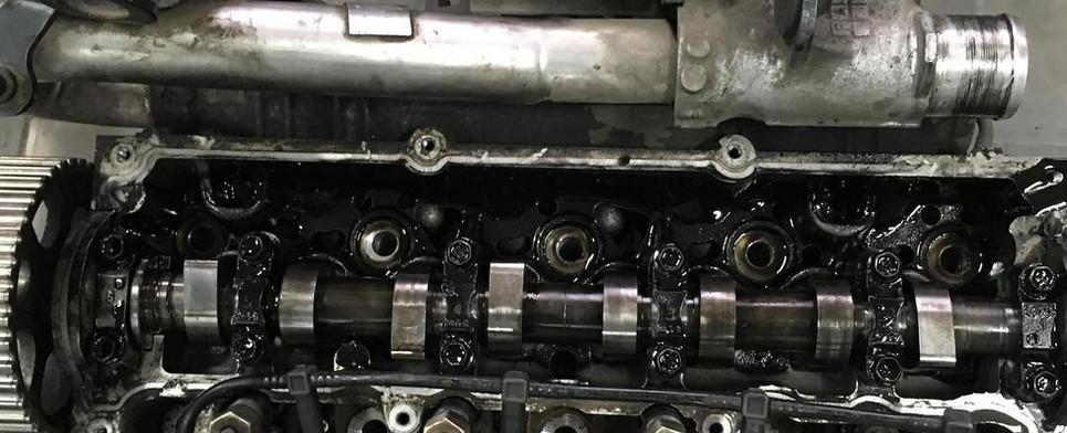 Poškodená hlava válcov po stretu motora